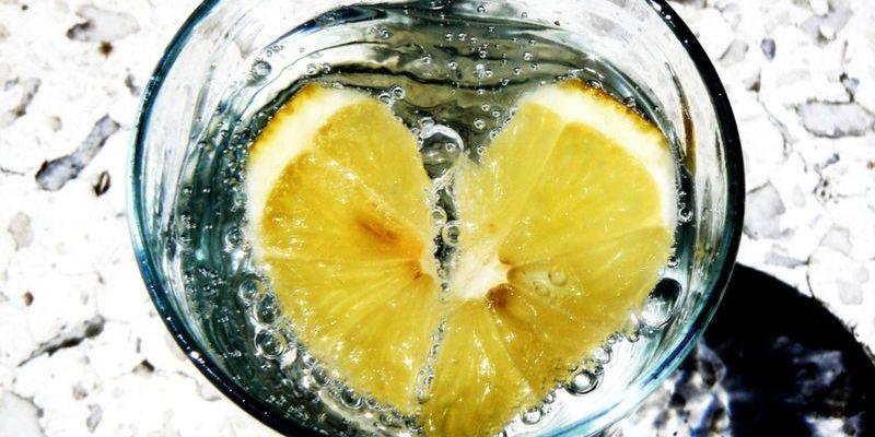 Теплая вода с лимоном натощак творит чудеса. Откорректируйте свои  утренние привычки