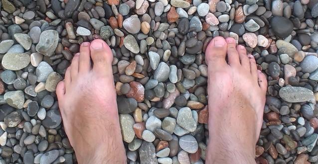 Как правильно ходить по камням с пользой для здоровья