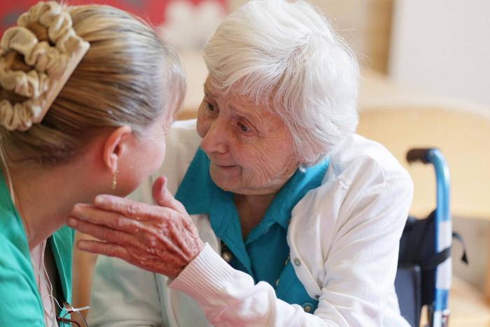 Помощь страдающим от болезни Альцгеймера и деменции